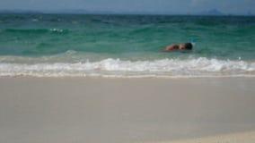 4K turysta z, koral przy wody powierzchnią nie daleko od plaży przy Phuket i zdjęcie wideo