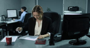 4K: Två kvinnliga anställda arbetar på hennes datorer i ett modernt kontor stock video