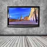 4K TV op de geïsoleerde muur Royalty-vrije Stock Afbeeldingen