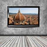 4K TV op de geïsoleerde muur Stock Afbeeldingen