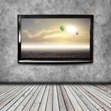 4K TV op de geïsoleerde muur Stock Afbeelding