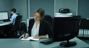 4K: Twee vrouwelijke werknemers werken in een modern bureau en hebben een geklets stock videobeelden