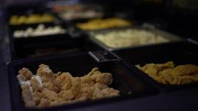 4K, typische Hauptgerichte für Mittagessen hotpot Suppe im Buffetrestaurant bei Taiwan stock video