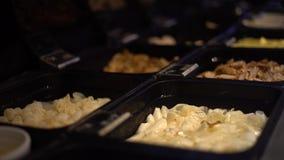 4K, typische Hauptgerichte für Mittagessen hotpot Suppe im Buffetrestaurant bei Taiwan stock video footage