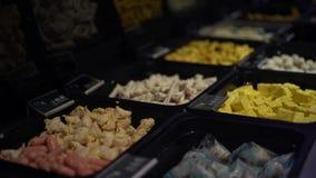 4K, typowi główni naczynia dla lunchu hotpot polewki w bufet restauracji przy Tajwan zbiory