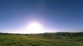 4K UHD山草甸timelapse在夏天 云彩、树、绿草和太阳光芒运动 股票视频