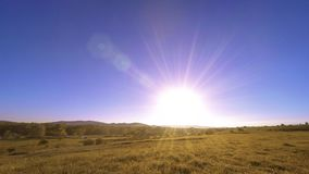 4K UHD山草甸timelapse在夏天 云彩、树、绿草和太阳光芒运动 影视素材