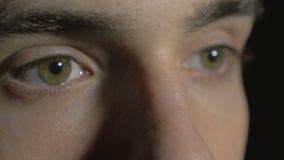 4k UHD - конец-вверх молодого человека наблюдает отверстие и моргать сток-видео