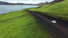 4K UHD绿色亲爱在冰岛 在路的汽车 股票视频