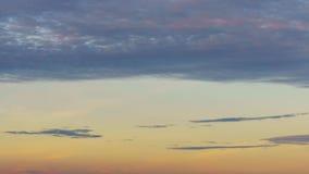 4K/UHD dag aan nacht-Tijdspanne: 4K gouden levendige hemelse de zonstralen van de zonsonderganghemel timelapse en lichte stralen stock videobeelden