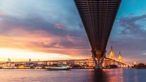4k UHD dzień noc świętego graala upływ chmury i autostrady transport podczas zmierzchu, widok spod mostu zbiory