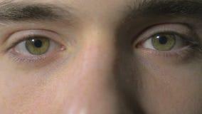 4k UHD - närbilden av en ung man synar öppning och att blinka stock video
