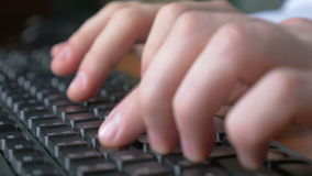 4k UHD - Nahaufnahme eines jungen Mannes übergibt das Schreiben auf einer Laptoptastatur stock video