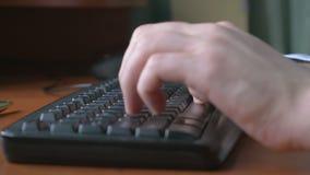 4k UHD - Nahaufnahme eines jungen Mannes übergibt das Schreiben auf einer Laptoptastatur stock video footage