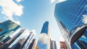 4K UHD upływ budynki w dzielnica biznesu, szybka chodzenie chmura na słonecznego dnia niebie, zoom za wtedy wciąż zbiory