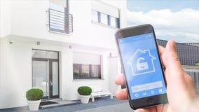 4k - Ultra HD - hogar elegante, homeautomation con el teléfono móvil almacen de metraje de vídeo