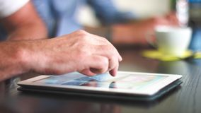 4k - Ultra HD - kreatives Geschäftstreffen, neue Ideen auf Tablet-PC besprechend - nahes hohes
