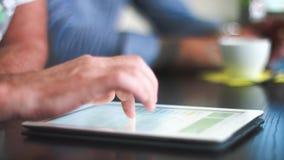 4k - Ultra HD - kreatives Geschäftstreffen, neue Ideen auf Tablet-PC besprechend - nahes hohes stock video