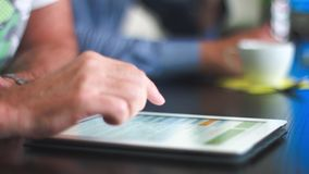 4k - Ultra HD - reunión de negocios creativa, discutiendo nuevas ideas en la tableta - ascendente cercano almacen de video