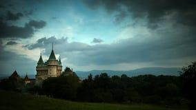 4K ultra HD (4096 x px 2304): Le nuvole tempestose si riuniscono sopra il castello di Bojnice stock footage