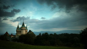 4K ultra HD (4096 x px 2304) : Rassemblement orageux de nuages au-dessus de château de Bojnice banque de vidéos