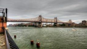 4K UltraHD мост Queensboro с шлюпками на Ист-Ривер сток-видео