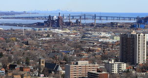 4K UltraHD Burlington som är skyway från den Niagara brant sluttning med Toronto horisont i bakgrund arkivfilmer