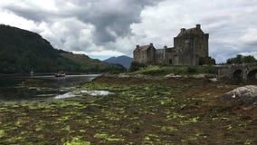 4K UltraHD el castillo hermoso de Eilean Donan en Escocia almacen de video