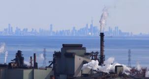 4K UltraHD Hamilton från den Niagara brant sluttning med Toronto horisont i bakgrund arkivfilmer