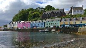 4K UltraHD-Mening, kleurrijke gebouwen in Portree, Eiland van Skye, Schotland stock video