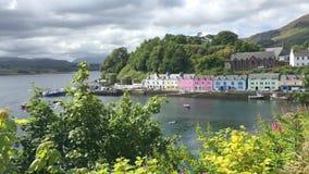 4K UltraHD-Mening, kleurrijke gebouwen in Portree, Skye, Schotland stock footage
