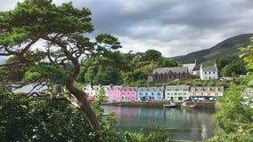 4K UltraHD-Mening van kleurrijke gebouwen in Portree, Skye, Schotland stock video