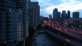 4K UltraHD Timelapse на скоростной дороге Gardiner в темноте прошлого Торонто сток-видео