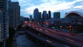 4K UltraHD Timelapse скоростной дорогой Gardiner в темнота прошлого Торонто, Канаде видеоматериал