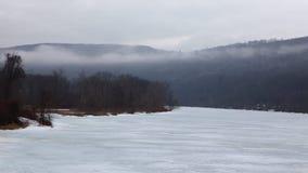 4K UltraHD Timelapse di foschia che si sposta per un fiume congelato e un vecchio mulino video d archivio