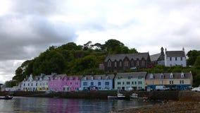 4K UltraHD Timelapse, kleurrijke gebouwen in Portree, Eiland van Skye, Schotland stock video