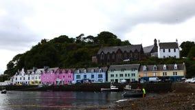 4K UltraHD Timelapse van kleurrijke gebouwen in Portree, Eiland van Skye, Schotland stock videobeelden