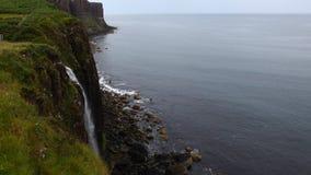 4K UltraHD-Waterval in overzees, Eiland van Skye, Schotland stock videobeelden
