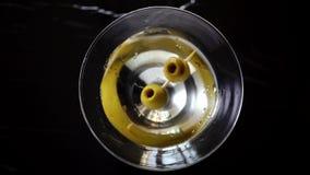 4k ultrarapidskott av olivgrönt plaska in i martini, bästa sikt lager videofilmer