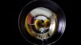 4k ultrarapidskott av olivgrönt plaska in i martini, bästa sikt arkivfilmer