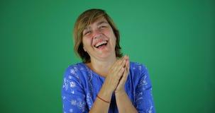 4k - Uma mulher com risos bonitos de um cabelo curto sinceramente, movimento lento imagens de stock royalty free