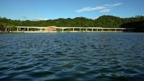 4K un tren elevado viaja en el bridt sobre un lago en el parque Dahu metrajes