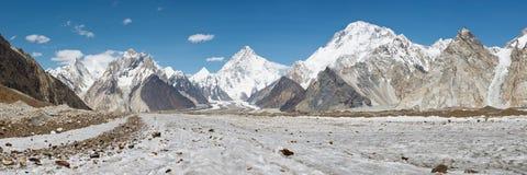 K2- und Baltoro-Gletscher-Panorama lizenzfreies stockbild