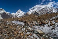 K2- und Broadpeak-Berg entlang dem wat zu Ali kampieren, K2 Wanderung, PA lizenzfreie stockfotografie
