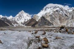 K2 und Broadpeak in Karakorum-Gebirgszug, Skardu, Gilgit Bal stockfotos