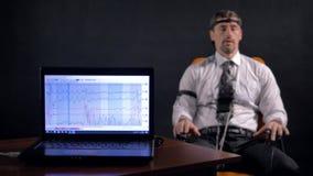 4K Uomo collegato al circuito di rivelatore di bugia archivi video