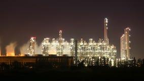 4k upływ rafinerii ropy naftowej przemysłowa roślina przy nocą, Tajlandia zbiory wideo
