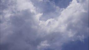 4K upływu ruch bufiasty puszysty biel chmurnieje niebieskiego nieba tło zbiory