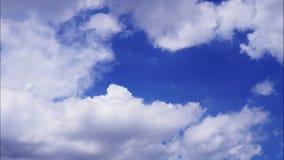 4K upływu ruch bufiasty puszysty biel chmurnieje niebieskiego nieba tło zbiory wideo