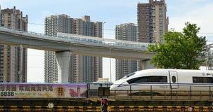 4k upptagen stads- trafik, snabb stång som långsamt ut drar under planskilda korsningen, porslin stock video